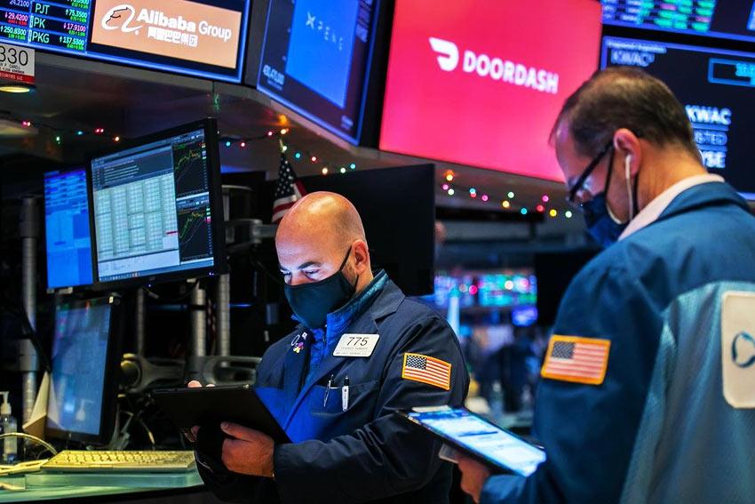 Traders no Trading Floor da Bolsa de Valores NYSE em Nova Iorque, EUA