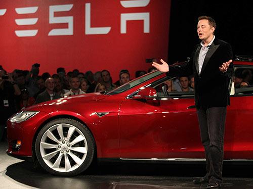CEO da Tesla Motors, Elon Musk, ao lado do carro Tesla Model S
